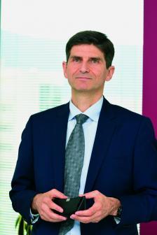 ОЛИВЕР РЬОГЛ e председател на УС и главен изпълнителен директор на Райфайзенбанк. Преди да поеме поста в България през 2013 г., повече от 12 години работи в дъщерната банка на Райфайзен в Сърбия, като от 2005 г. е неин главен изпълнителен директор.