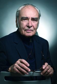 АНТОН ДОНЧЕВ е роден на 14 септември 1930 г. в Бургас. Завършва гимназия в Търново през 1948 г. и право в Софийския университет през 1953 г. За кратко време е съдия във Велико Търново, но се отказва от престижния пост, за да се посвети на писането.
