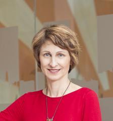 """Райна Миткова-Тодорова е управител на компанията за събиране на вземания """"ЕОС Матрикс"""" от 2004 г. Председател е на Асоциацията на колекторските агенции в България от създаването є през 2011 г."""