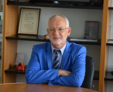 Васил Велев е роден през 1959 г. Завършва със златен медал Техническия университет в София, има и магистърска степен по корпоративно развитие и управление.