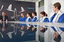 """Сътрудници на """"Фесто Производство"""" получават своите удостоверения за част от професия, връчени от управителя на дружеството Георги Атанасов"""