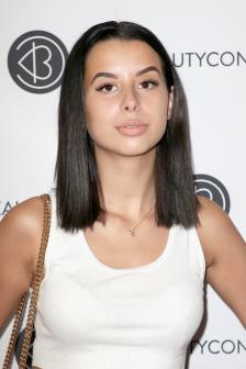 18-годишната инфлуенсърка Arii,  която има над 2,6 млн. последователи, не успя да продаде 36 тениски