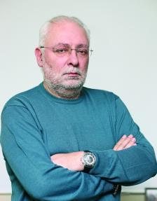 """Радосвет Радев е роден на 21 юли 1960 г. Завършил е Юридическия факултет на СУ """"Св. Климент Охридски"""". Специализирал е маркетинг и мениджмънт в САЩ. Работил е в Софийския градски съд и в програма """"Христо Ботев"""" на Българското национално радио. През 1992 г. създава """"Дарик радио"""", чийто собственик и директор е и днес."""
