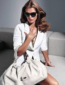 Бялото триумфира и в лятната колекция за деловата жена  на MaxMara