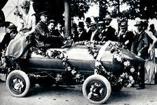"""През 1899 г. електрическият автомобил La Jamais Contente (""""Никога доволна"""") за първи път преминава скоростта от 100 км/ч, поставяйки световен рекорд за своето време"""