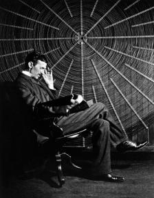 Никола Тесла пред гигантска намотка в лабораторията си