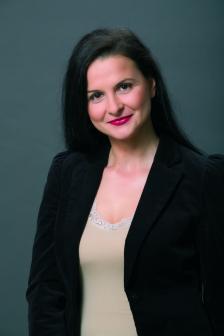 АНЕЛИЯ СТОЯНОВА се занимава с комуникации от 17 години. Работила е дълги години в представителствата на международни медийни агенции в България, има опит и в ролята на рекламодател като част от маркетинг екипа на немски финансов холдинг. В последните години е отговорна за развитието на портфолиото от медийни услуги в рекламната група на The Smarts като създател и управляващ партньор на IQ Media.
