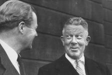 Министърът на отбраната на Великобритания Дънкан Съндис (вляво) разговаря с Нийл Макелрой, който от 1957 до 1959 г. оглавява Департамента по отбрана на САЩ