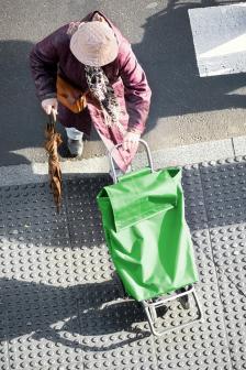 вземаше чантата на колелца и отиваше до по-далечния магазин