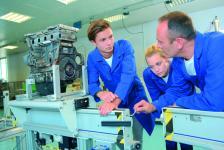 наблюдаваме първите примери на съвместна работа на промишлени предприятия и професионални гимназии