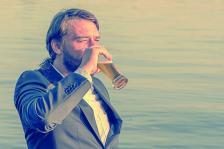Може да бъдете необичайно продуктивни на някоя тераса с изглед към морето и със студена напитка в ръка