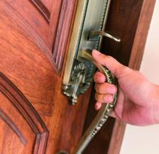 Когато една стая е заключена, трябва ли да се опитваш да я отключиш?