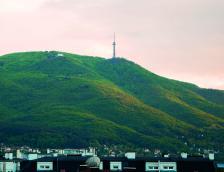 Гледката на планината по чуден начин ги изпълваше със съзнание за собствената им значимост