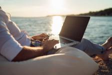 Някои фирми привличат кадърни служители с обещания, че ще работят от плажа