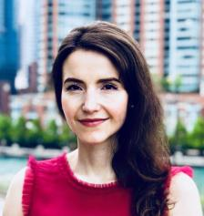 СТЕФАНИ СТАНЧЕВА е само на 33 години, но вече е професор по икономика, преподава в Харвард от 5 години. Родена е в Кричим, като семейството є напуска България, когато тя е на три години.